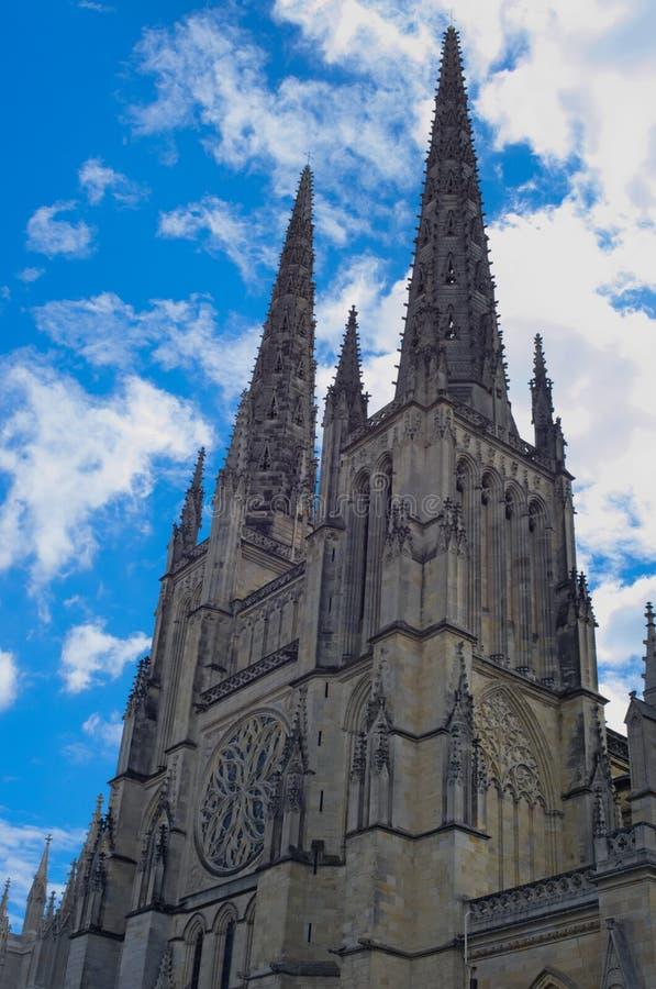 Catedral de Saint-André overhanged por um céu azul dramático, lugar Pey-Berland, Bordéus fotografia de stock