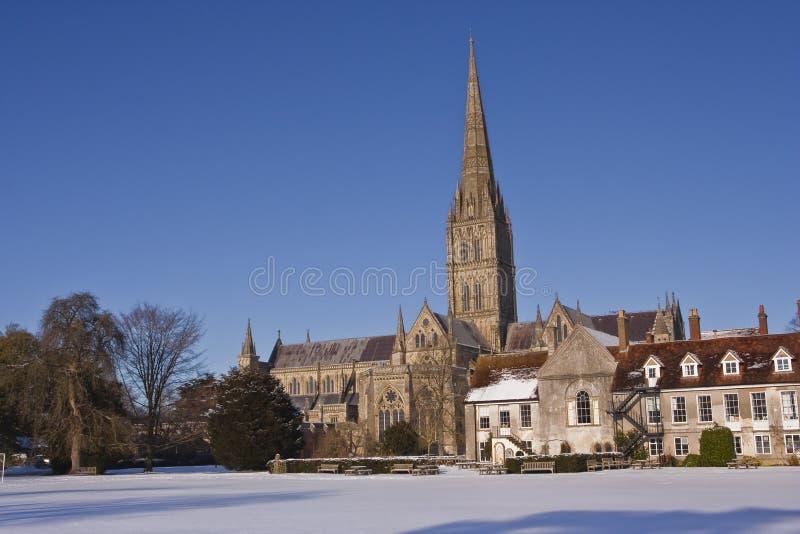 Catedral de Salisbúria na neve foto de stock