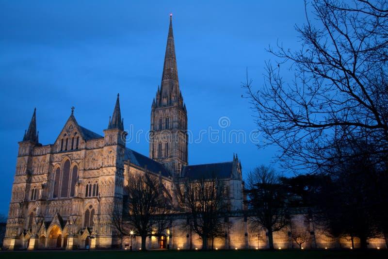 Catedral de Salisbúria no crepúsculo imagem de stock