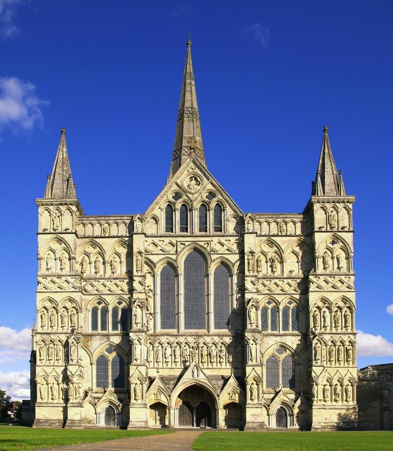 Catedral de Salisbúria no Reino Unido em um dia ensolarado imagens de stock royalty free