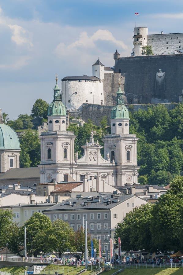 Catedral de Salzburg vista do rio de Salzach, Áustria fotos de stock royalty free