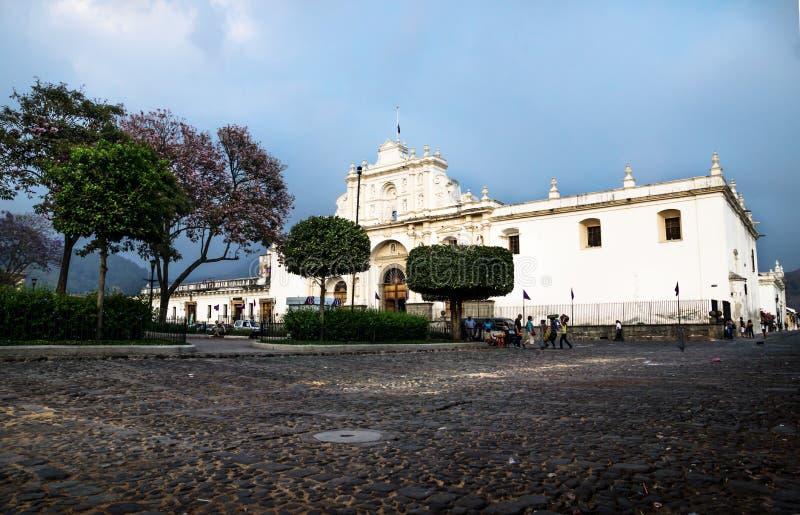 Catedral de San Jose no quadrado do prefeito da plaza com cloudscape dramático em Antígua, Guatemala foto de stock royalty free