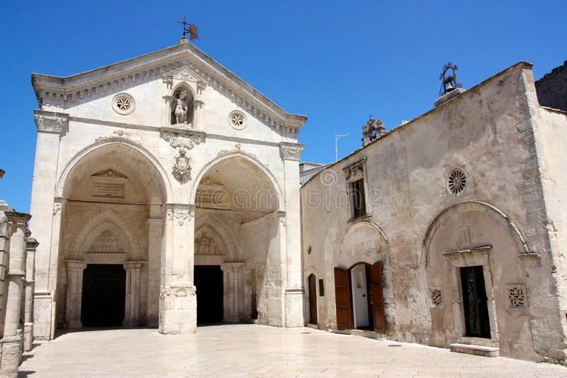 Catedral de San Miguel en Monte Sant'Angelo, Italia fotos de archivo libres de regalías