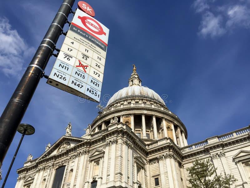 Catedral de San Pablo, Londres con la parada del autobús de Londres foto de archivo libre de regalías