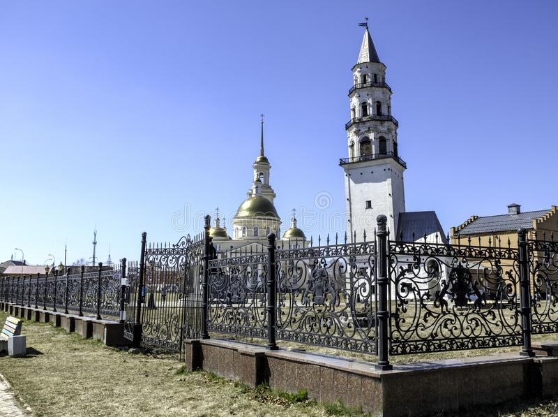 Catedral de Spaso-Preobrazhensky na cidade e na torre inclinada de Nevyansk foto de stock
