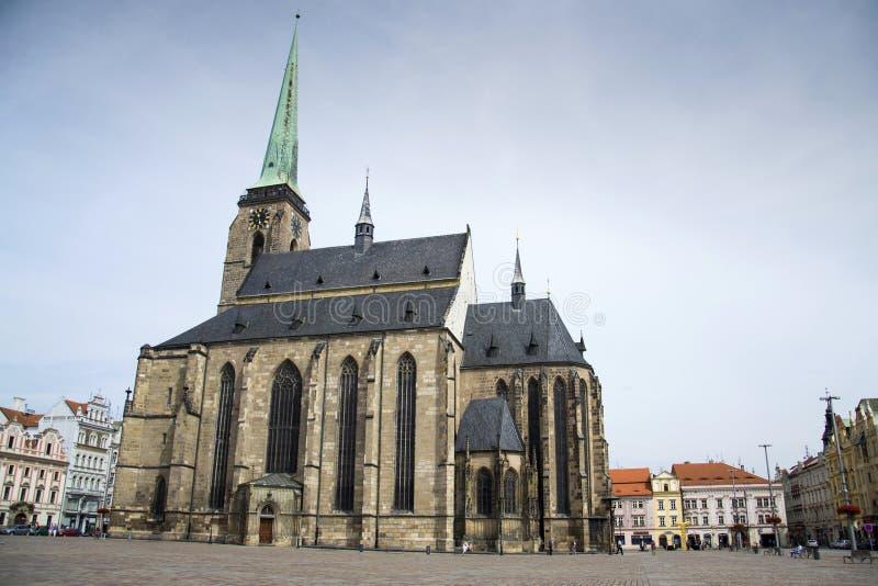 Catedral de St Bartholomew no quadrado mariano, em Pilsen, república checa fotos de stock