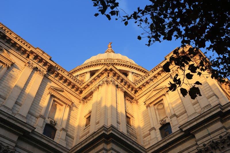 A catedral de St Paul, uma das vistas as mais famosas e as mais reconhecíveis de Inglaterra, na luz solar morna, Londres, Reino U foto de stock royalty free