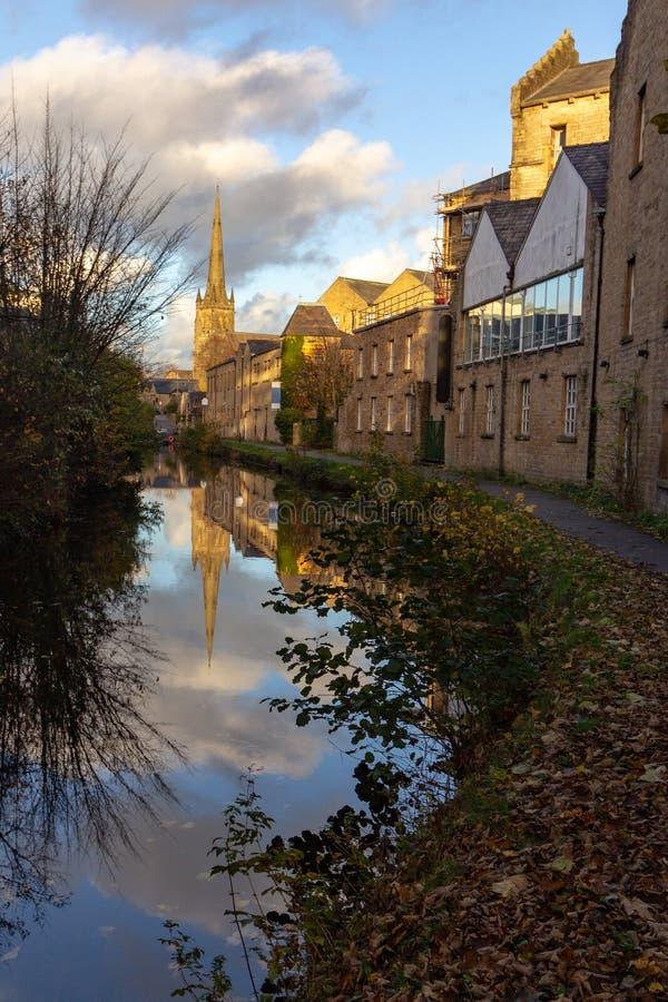A catedral de St Peter refletiu em um canal em Lancaster fotografia de stock