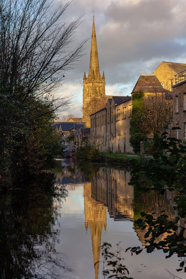 A catedral de St Peter refletiu em um canal em Lancaster imagem de stock royalty free