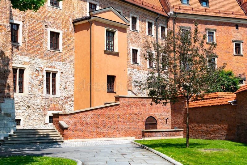 Catedral de St Stanislaw e de St Vaclav e castelo real no monte de Wawel, Krakow, Polônia na tarde ensolarada foto de stock royalty free