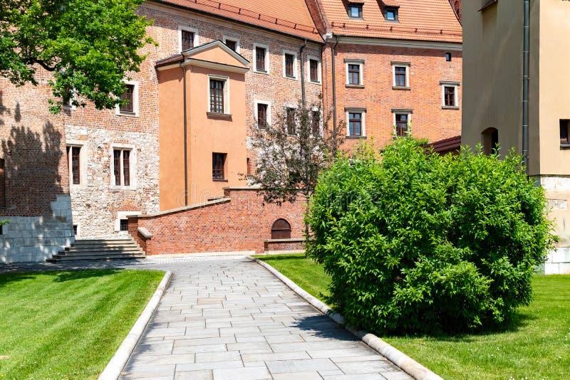 Catedral de St Stanislaw e de St Vaclav e castelo real no monte de Wawel, Krakow, Polônia na tarde ensolarada imagem de stock