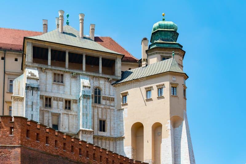 Catedral de St Stanislaw y de St Vaclav y castillo real en la colina de Wawel, Kraków, Polonia en tarde soleada foto de archivo libre de regalías