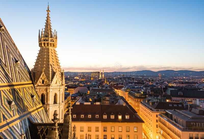 Catedral de Stephansdom e vista aérea sobre Viena na noite imagem de stock