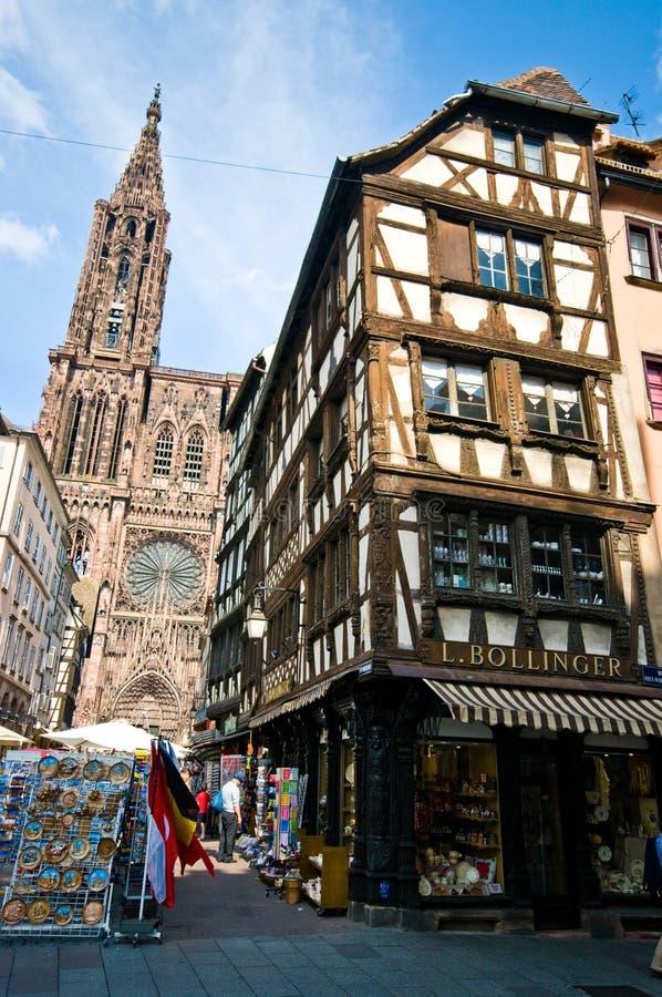 Catedral de Strasbourg com loja de Bollinger fotografia de stock