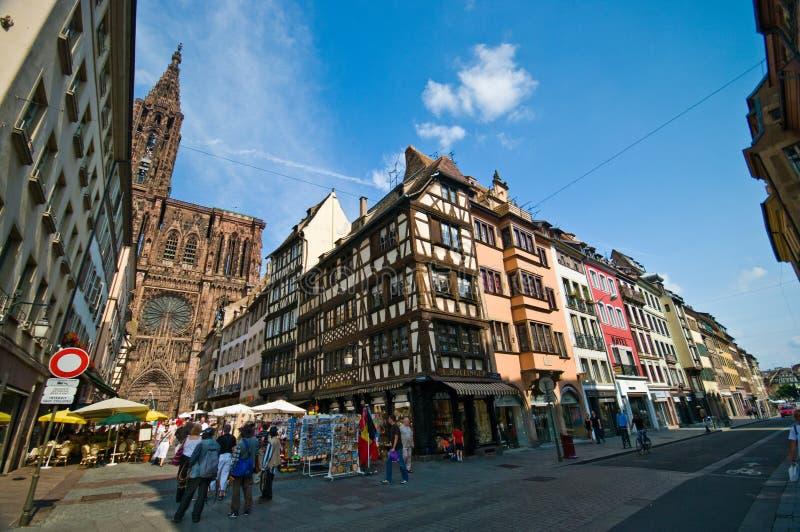 Catedral de Strasbourg com loja de Bollinger foto de stock