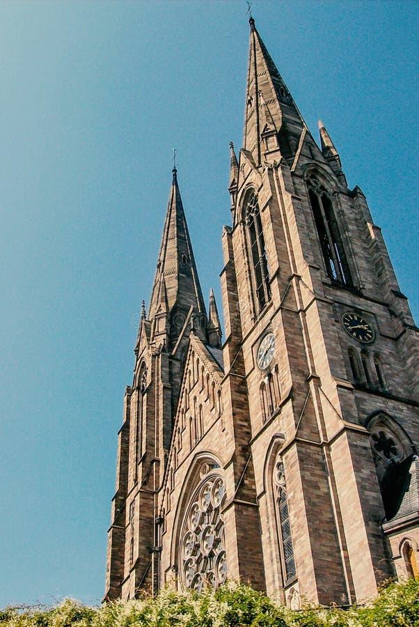 Catedral de Strasbourg, França, perto do rio fotos de stock royalty free