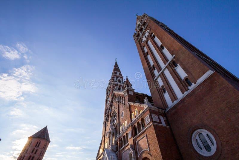 Catedral de Szeged vista da parte inferior no fim da tarde, no verão Os DOM deste Szegedi da catedral são símbolo de Szeged fotografia de stock