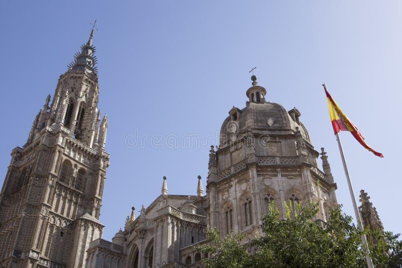 Catedral de Toledo con la bandera española fotos de archivo