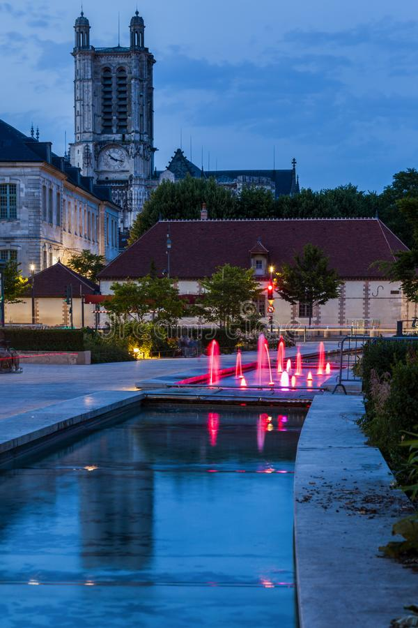 Catedral de Troyes en la noche imagen de archivo libre de regalías