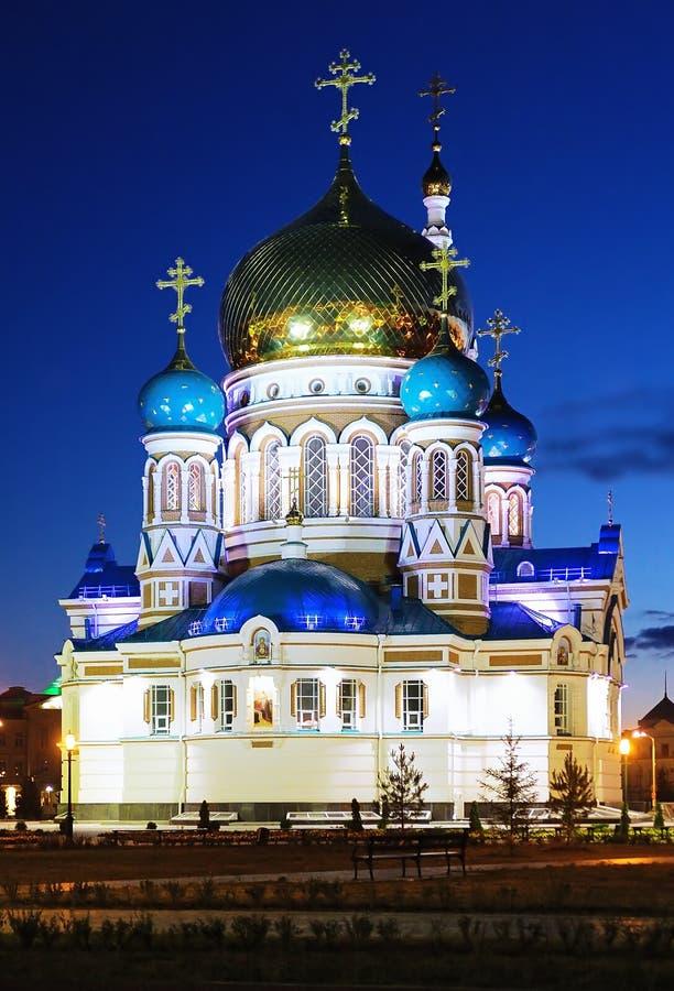 Catedral de Uspensky em Omsk na noite, Rússia foto de stock royalty free