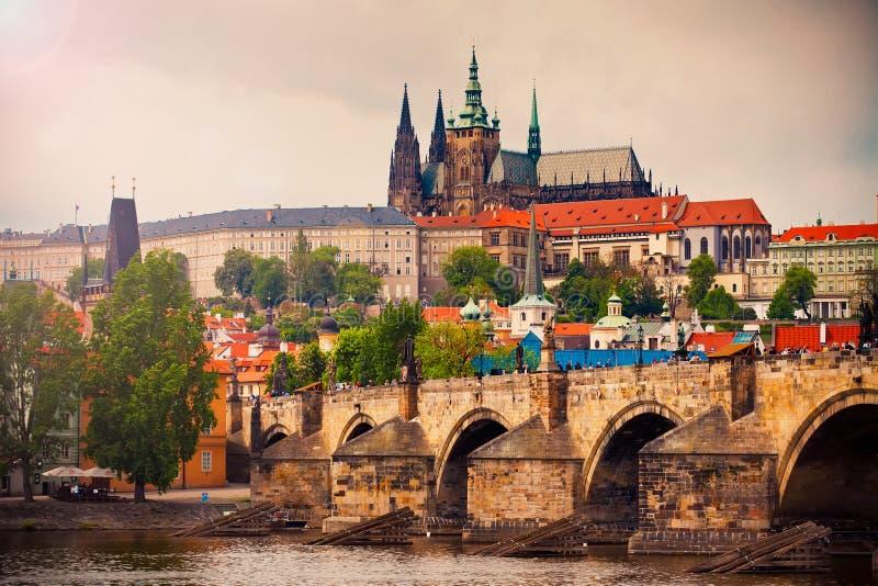 Catedral de Vitus de Saint e ponte de Charles em Praga fotografia de stock royalty free
