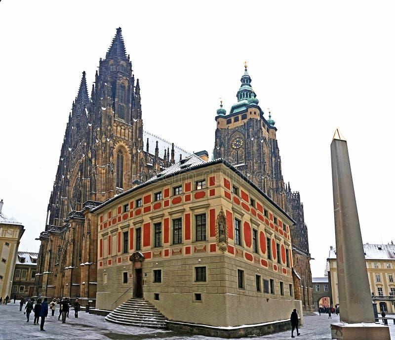 Catedral de Vitus del santo en el castillo de Praga en invierno fotografía de archivo libre de regalías
