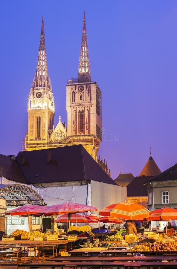 Catedral de Zagreb do mercado de Dolac foto de stock