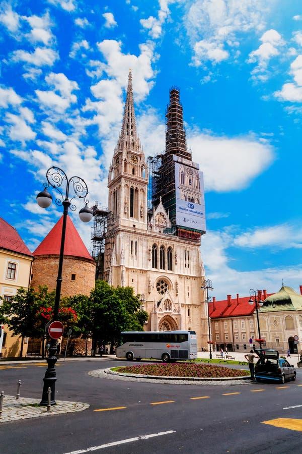 Catedral de Zagreb durante a restauração da fachada imagens de stock