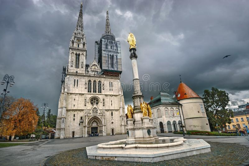 Catedral de Zagreb e monumento abençoado da Virgem Maria Zagreb, Croácia fotografia de stock
