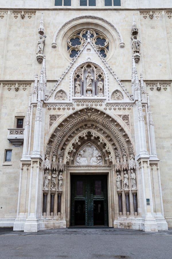 Catedral de Zagreb en Kaptol, Croacia Entrada a la iglesia fotos de archivo
