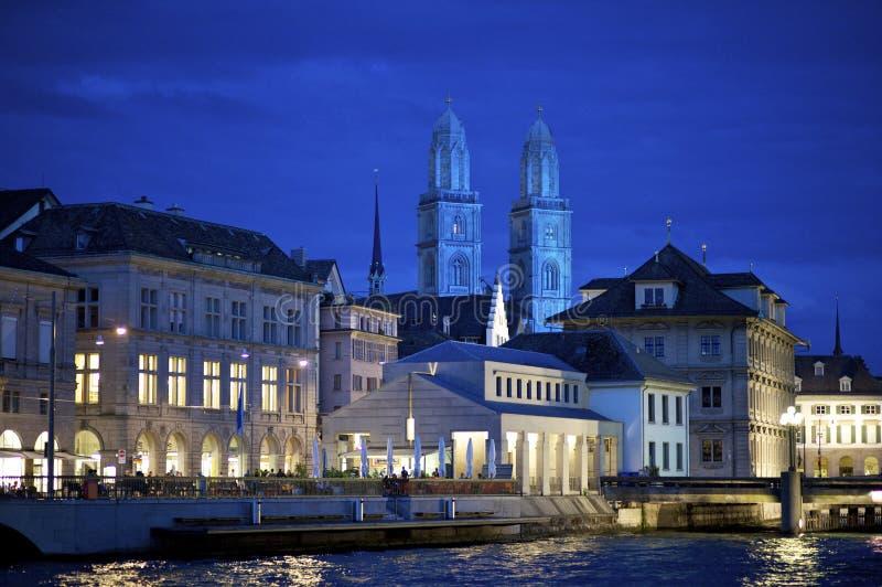 Catedral de Zurique Grossmunster na noite imagem de stock royalty free