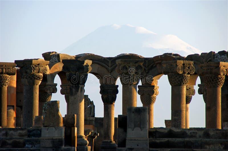 Catedral de Zvartnots delante del soporte de Ararat imágenes de archivo libres de regalías