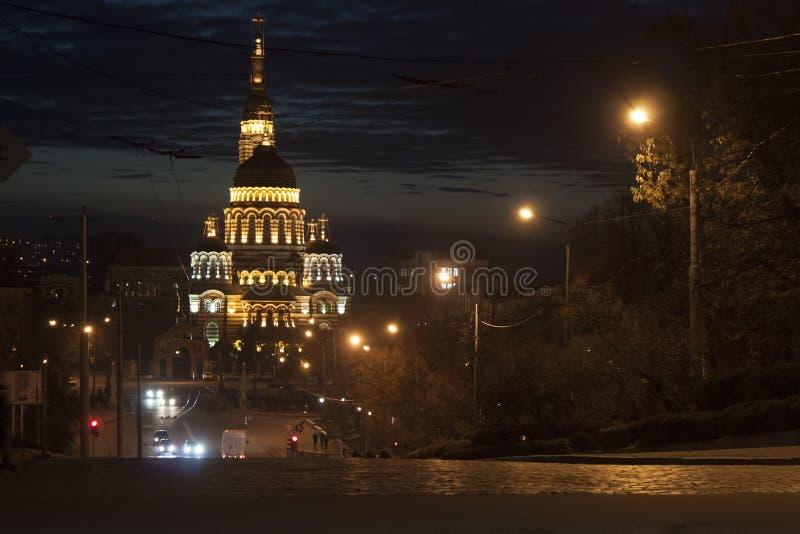Catedral del anuncio en Járkov tarde en la noche imagenes de archivo