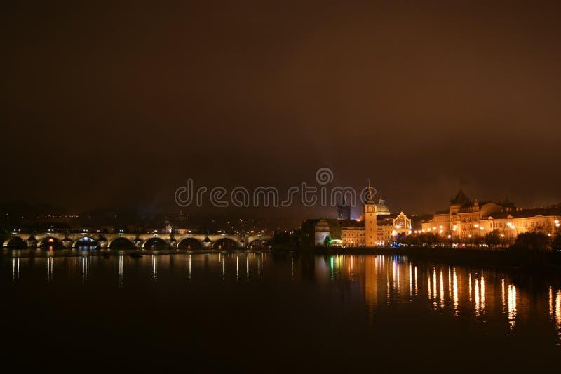 Catedral del castillo y del St Vitus en Praga en la noche, República Checa foto de archivo libre de regalías
