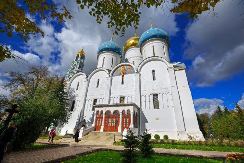 Catedral del Dormition en la trinidad Lavra de St Sergius en Sergiev Posad, Rusia foto de archivo