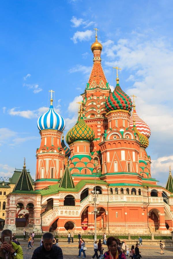 Catedral del ` s de la albahaca del santo de la visita de los turistas en Plaza Roja en Moscú, fotografía de archivo