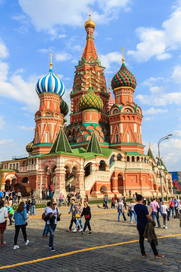 Catedral del ` s de la albahaca del santo de la visita de los turistas en Plaza Roja en Moscú, imágenes de archivo libres de regalías