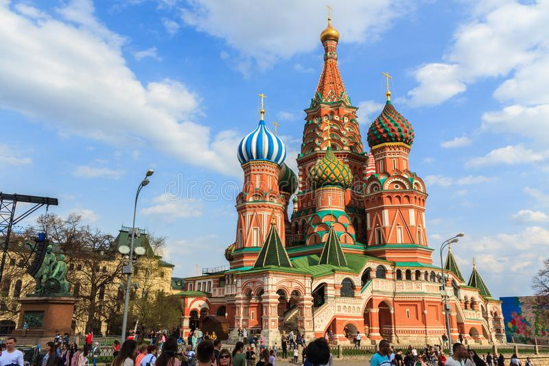 Catedral del ` s de la albahaca del santo de la visita de los turistas en Plaza Roja en Moscú, imagen de archivo