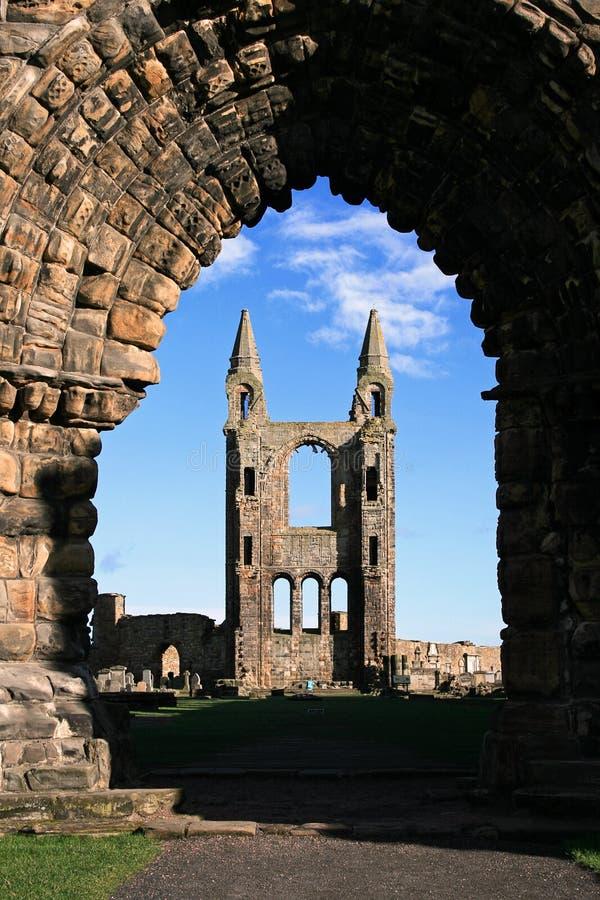 Catedral del St Andrews a través del arco imagen de archivo