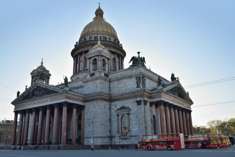 Catedral del St Isaac y los autobuses de los bus turístico turísticos fotografía de archivo libre de regalías