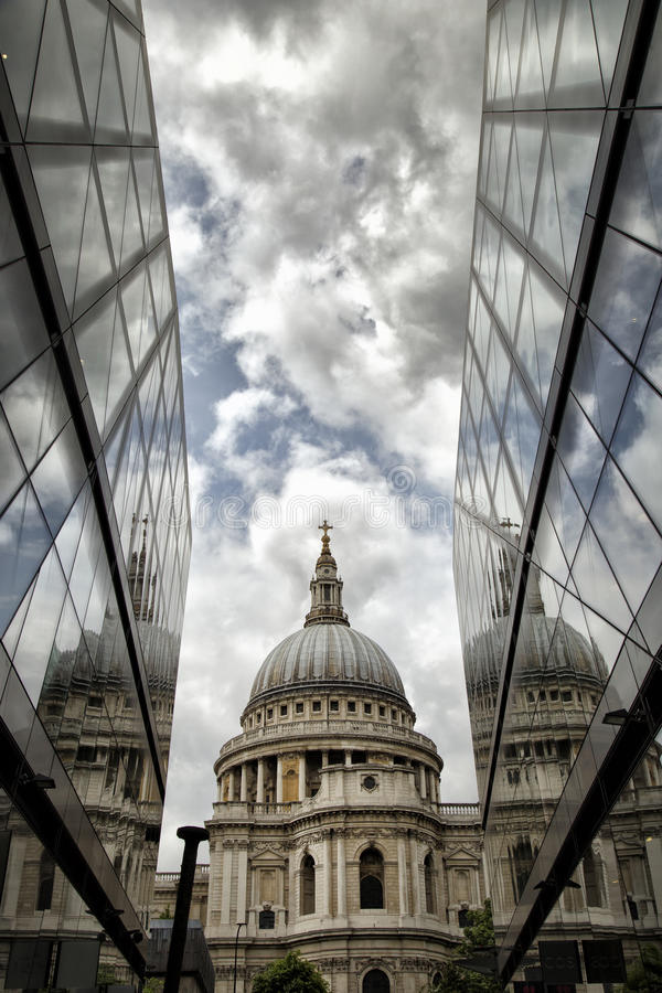 Catedral del St Pauls con relections imagen de archivo