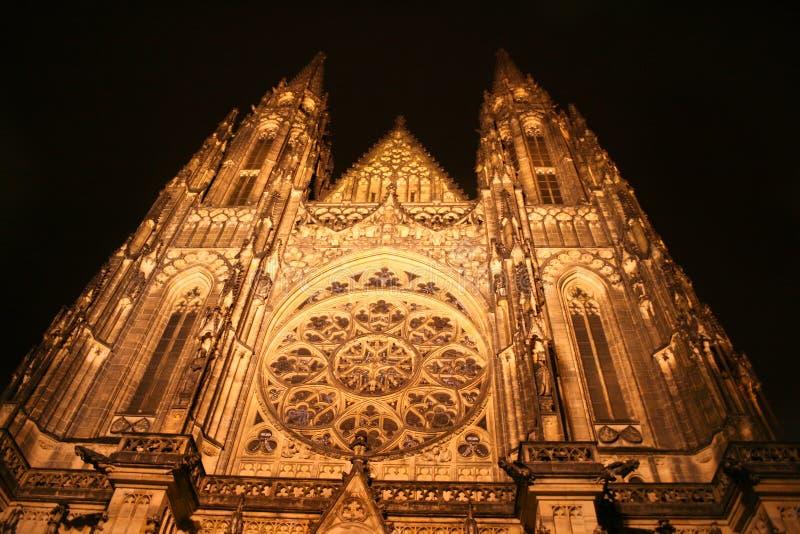 Catedral del St. Vitus en la noche fotos de archivo