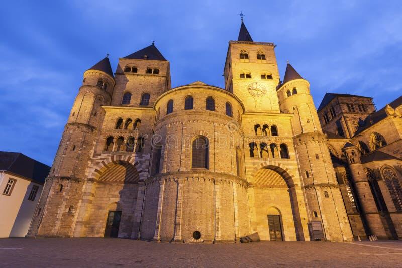 Catedral del Trier en la noche foto de archivo