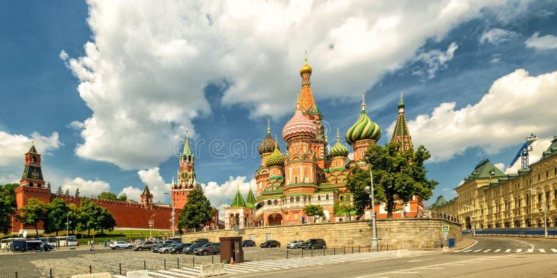 Catedral do ` s da manjericão do St com Kremlin, Moscou imagem de stock