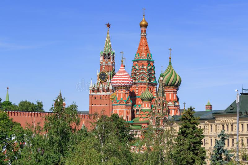 Catedral do ` s da manjericão do St com Kremlin de Moscou em um fundo do céu azul em uma manhã ensolarada do verão foto de stock