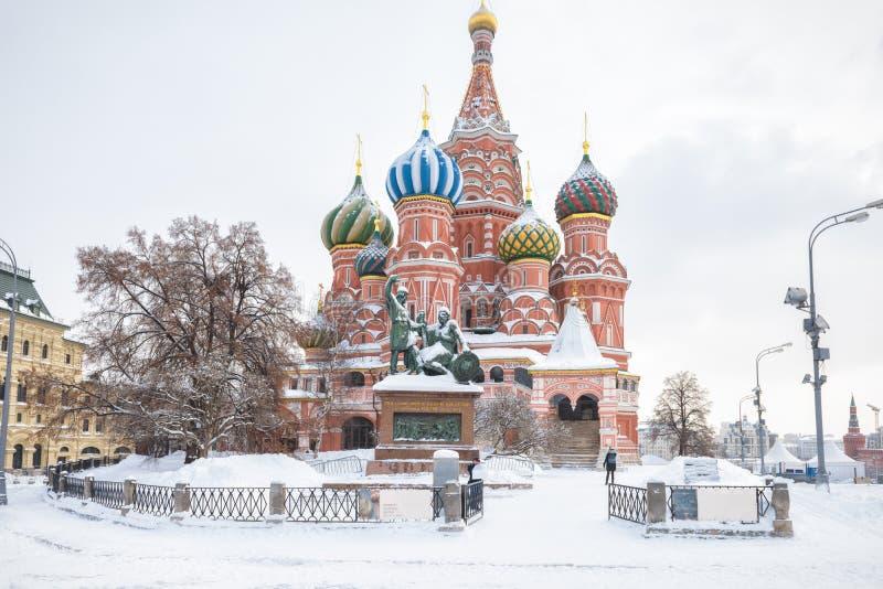 Catedral do ` s da manjericão do St durante a queda de neve no inverno em Moscou imagem de stock