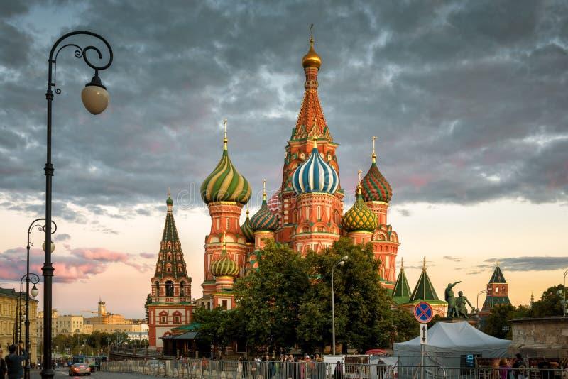 Catedral do ` s da manjericão do St no quadrado vermelho no por do sol, Moscou imagem de stock royalty free