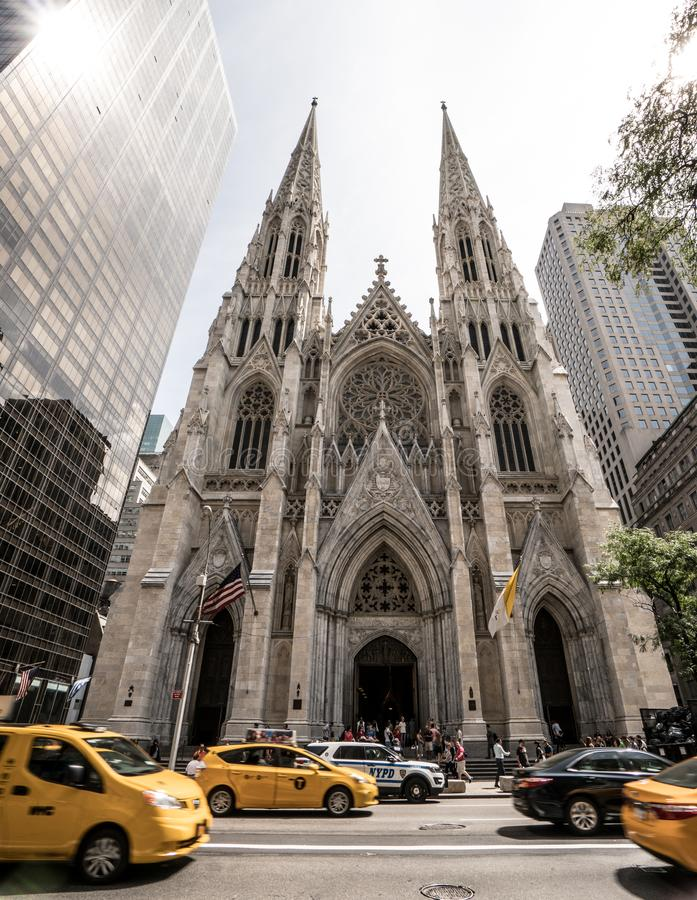 Catedral do ` s de St Paul em New York com os táxis amarelos que passam perto foto de stock