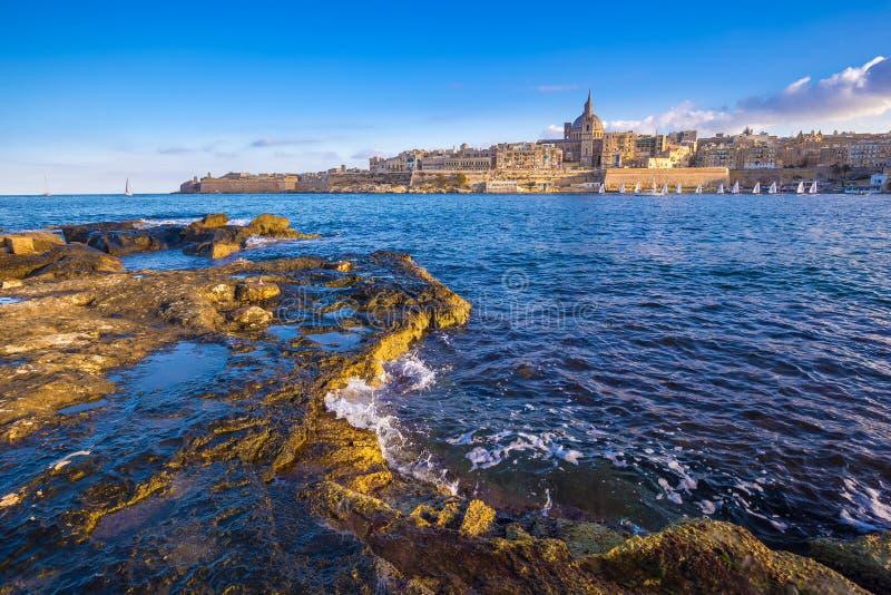 Catedral do ` s de Valletta, Malta - de StPaul com barcos de vela imagens de stock