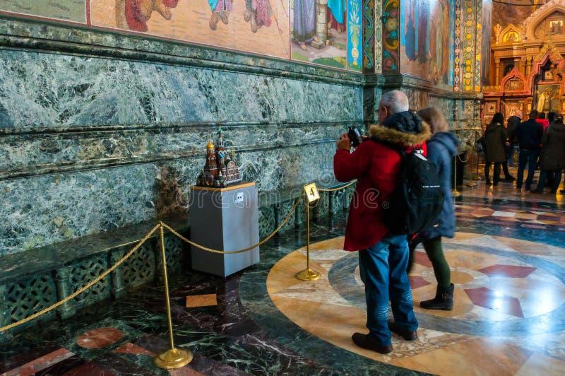 Catedral do salvador no sangue Spilled, St Petersburg, Rússia Turistas que fazem os tiros da réplica diminuta da catedral fotografia de stock